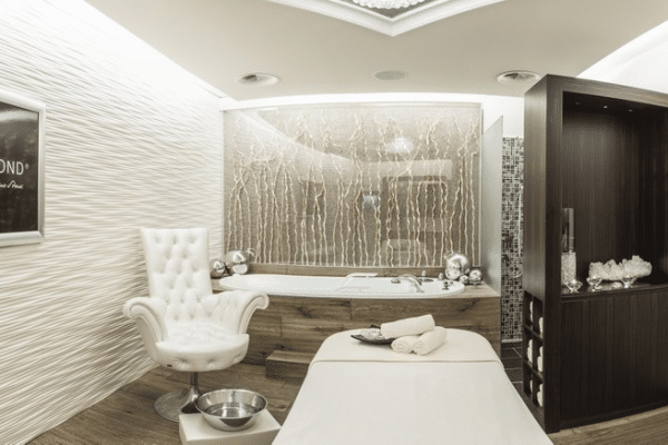 © STOCK Resort im Zillertal - Premium-Wellness in der Spa-Suite mit der hauseigenen Bergkristall-Kosmetik STOCK DIAMOND