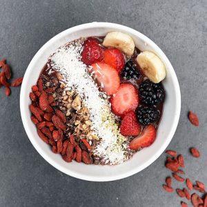 Der bunte Mix macht's: gesundes Superfood-Frühstück und fruchtiger Energiespender