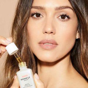 © HONEST BEAUTY - Markengründerin und Kino-Schönheit Jessica Alba mit ihrem Topseller Facial Oil