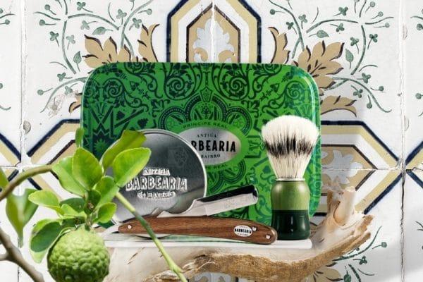 © ANTIGA BARBEARIA de Bairro PRĺNCIPE REAL - grasgrünes, botanisch inspiriertes Azulejo-Design in klassischer Rasur- und Badekosmetik
