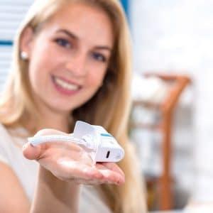 © medicsBLU OraLightStick - neuartige antimikrobielle LED-Lichttherapie für den Mund- und Rachenraum